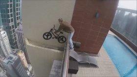 Gökdelen Üzerinde Bisiklet Gösterisi - Oleg Cricket