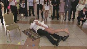 Düğünde Balon Patlatma Oyununda Frikik Veren Kadın