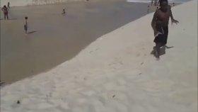 Tsunami İle Dalga Geçer Gibi Oynayan Çocuklar