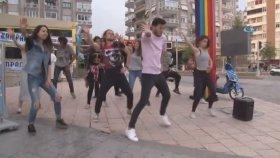 Kırmızı Işıkta Dans Eden Gençler