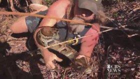 Pitonu Eliyle Yakalayan Kaçık Yılan Avcısı