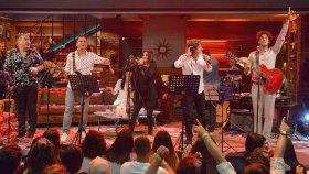 """Muhteşem Bir Ekip ve """"Senden Daha Güzel"""" Şarkısı ! ( Beyaz Show Canlı Performans 26 Mayıs Cuma )"""