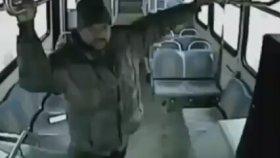 Önce Dövdü , Sonra Otobüsten Attı