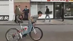 Bisiklet İle Drift Yapan Çocuk