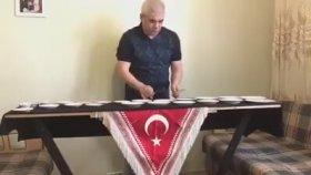 Porselen Tabaklarla Ölürüm Türkiyem Şarkısını Çalan Dayı