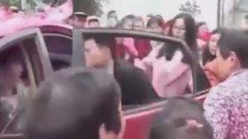 Gelin Arabasından Müstakbel Eşini Yaka Paça İndiren Çinli Damat