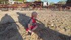 Plaj'da Oynadık Sonra Denize Girdik - Eğlenceli İkiz Bebek Ve Oyun Videoları -
