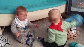 Süveter ile Oynamak Bu Kadar Eğlenceli Olmamıştı - Eğlenceli İkiz Bebek ve Oyun Videoları