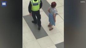 Alışveriş Merkezinde Yaşlı Kadınla Dans Eden Polis