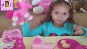 oyuncak mutfak ile oynuyoruz.Little pony kokteyl hazırlıyor Eğlenceli çocuk videosu