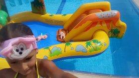 dinozor havuz büyük havuzda barbie deniz kızı ve bebişlerle oyun basket atmaca