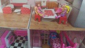 barbie ve ev arkadaşları yeni evlerine taşınıyorlar , yeni eşyalarını yerleştiriyorlar , çocuk videosu