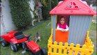 Çitli balkonlu oyun evi bahçede , eğlenceli çocuk videosu