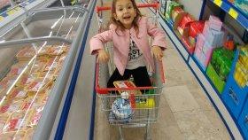 Lera arkadaşı ile buluşunca alışveriş işi elife kalıyor , eğlenceli çocuk videosu