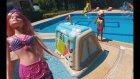 Oyun evi ve deniz kızı barbie havuzda eğlenceli çocuk videosu