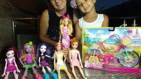 Barbie bisiklet , barbie ve monster high arkadaşları deniyorlar , eğlenceli çocuk videosu