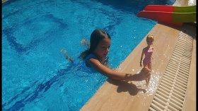 Barbie ve elif spor yapıyor havuzda yüzüyor.Elifin kendisinin kurgulayıp çektiği video