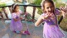 Rapunzel kaykay ile parkta , Rapunzel karadut yiyor , eğlenceli çocuk videosu