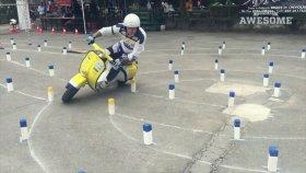 Motosiklet Sürme Konusunda Ustalaşmış Sürücünün Muhteşem Performansı