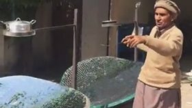 Parabolik Güneş Kolektörüyle Yemek Pişiren Pakistanlı