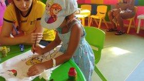 Amara Prestij Hotel Mini Club Elif Elsa Tshirt Boyuyor ve Ablalar Tavşan Maskesi Yapıyorlar