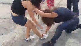Sokak Ortasında Saç Baş Yolmalı Kız Kavgası