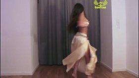 Evde Oryantal Dans Eden Güzel Kız