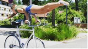 Bisiklet Üzerinde Müthiş Hareketler Yapan Kadın