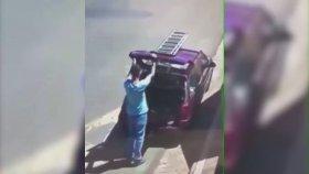 Otomobilinin Camını Kırıp Kendini Alkışlayan Adam